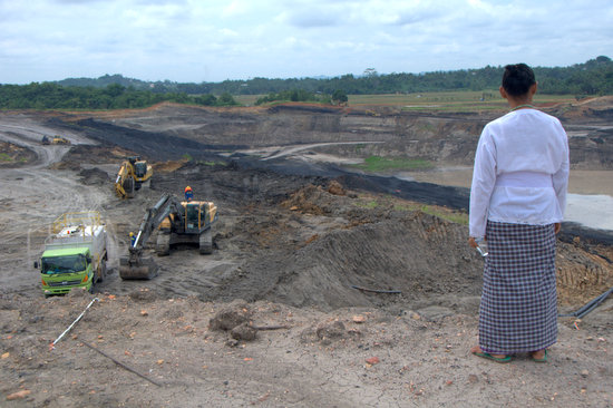 Villagers of Kerta Buana lives only meters away from this coal mine in East Kalimantan. Photo: Sigurd Jorde